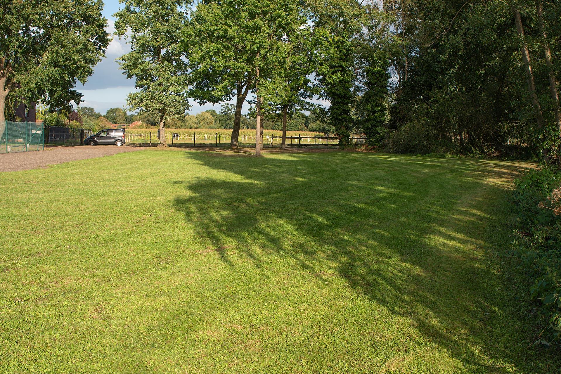 Parking aan gildezaal Schalbroek. Geef je receptie buiten op een mooie grasweide.