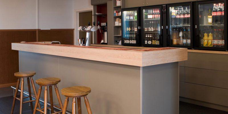 Vernieuwde bar van de gildezaal te Schalbroek. Zaal huren